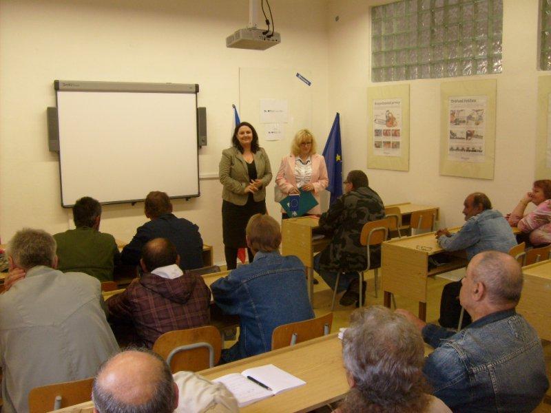 """TISKOVÁ ZPRÁVA - Projekt """"Uč se a pracuj"""" má prvních 13 úspěšných rekvalifikantů rekvalifikačního kurzu Údržba veřejné zeleně"""