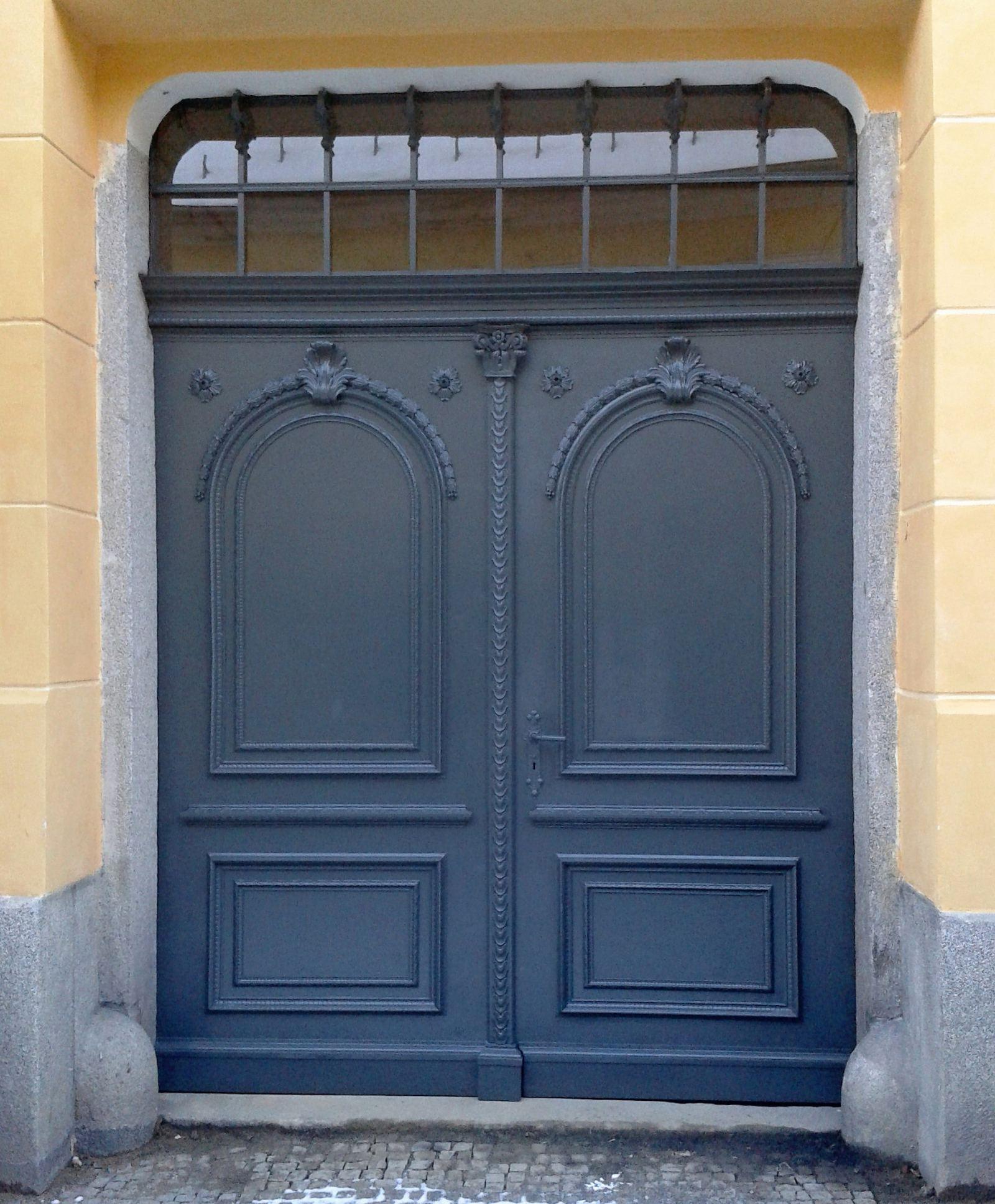 Repase vstupních dveří a vrat průjezdu Domu kultury ve Šluknově