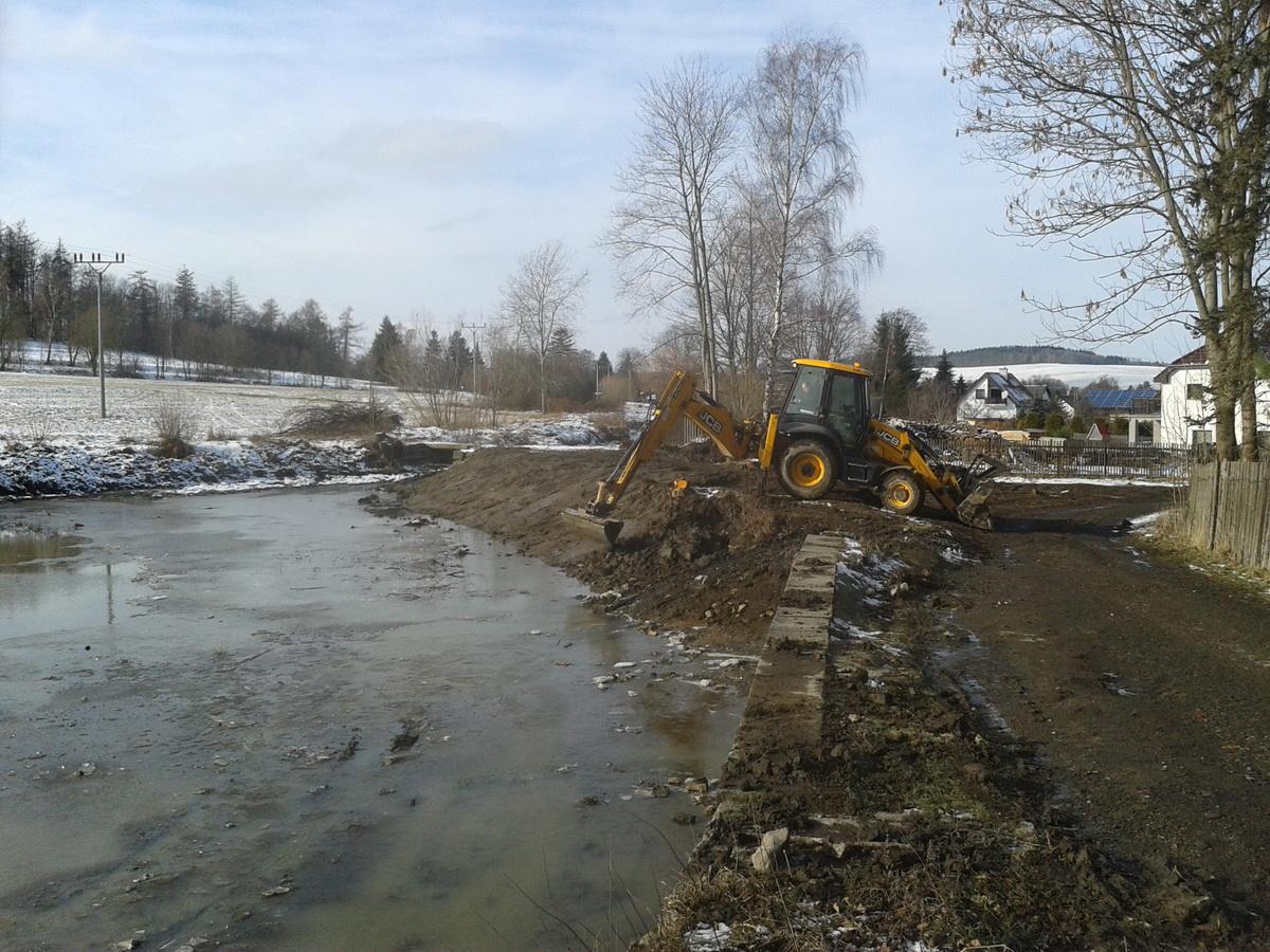 svahování rybníka