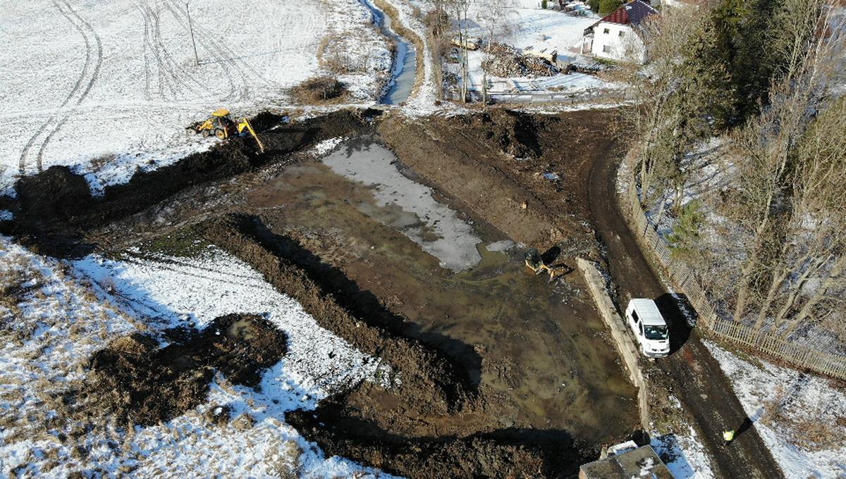 letecký pohled na rybník před dokončením prací