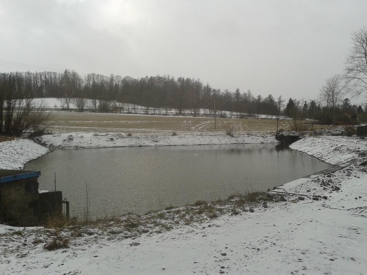 odbahněný rybník po částečném napuštění