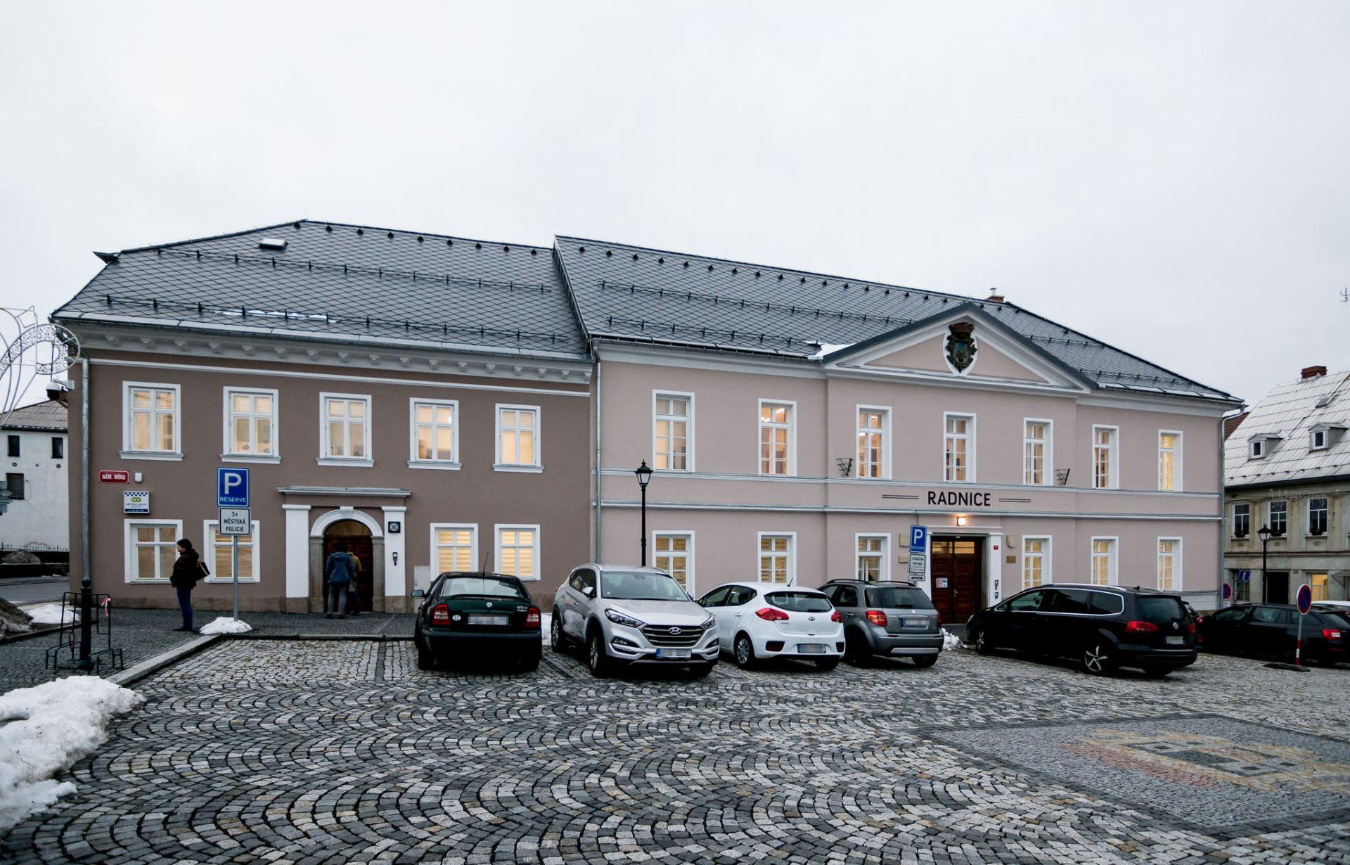 fotografie opravené radnice - pohled z náměstí