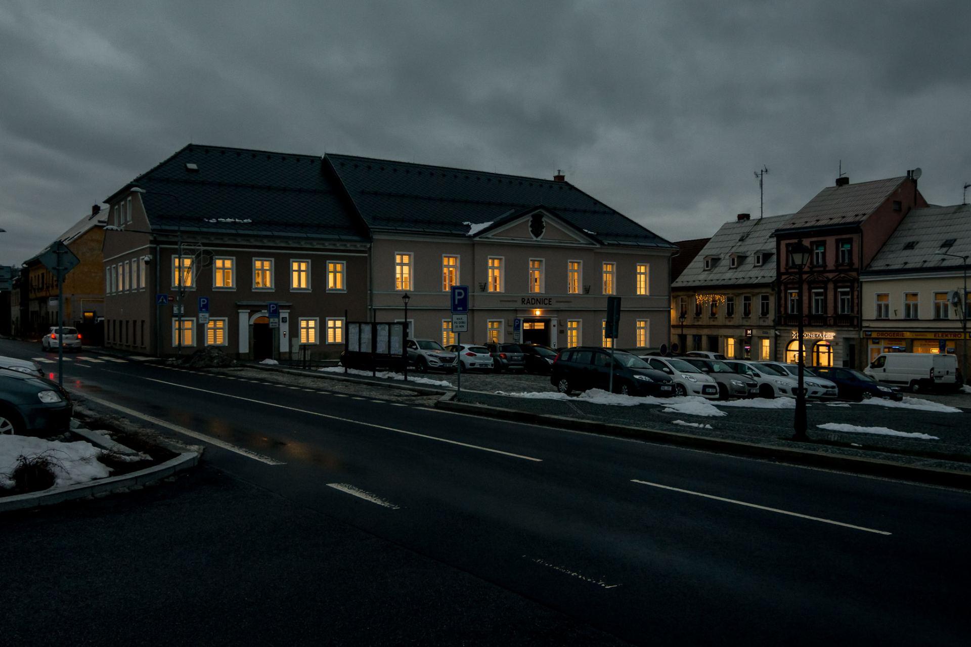 opravená radnice - večerní pohled z náměstí