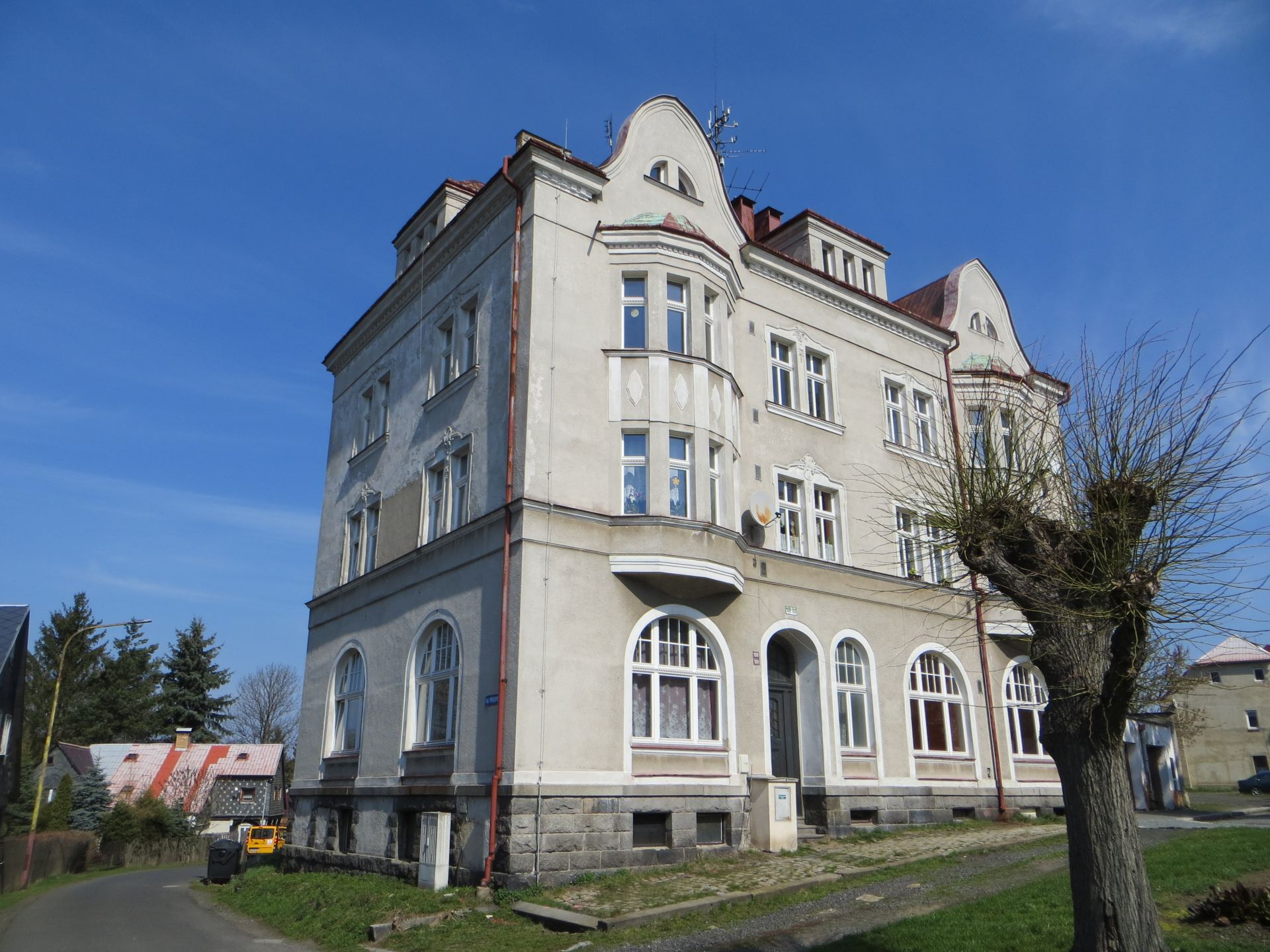 Město Šluknov nabízí k prodeji 2 bytové domy s průměrným stářím kolem 90 let, nacházející se v centru města