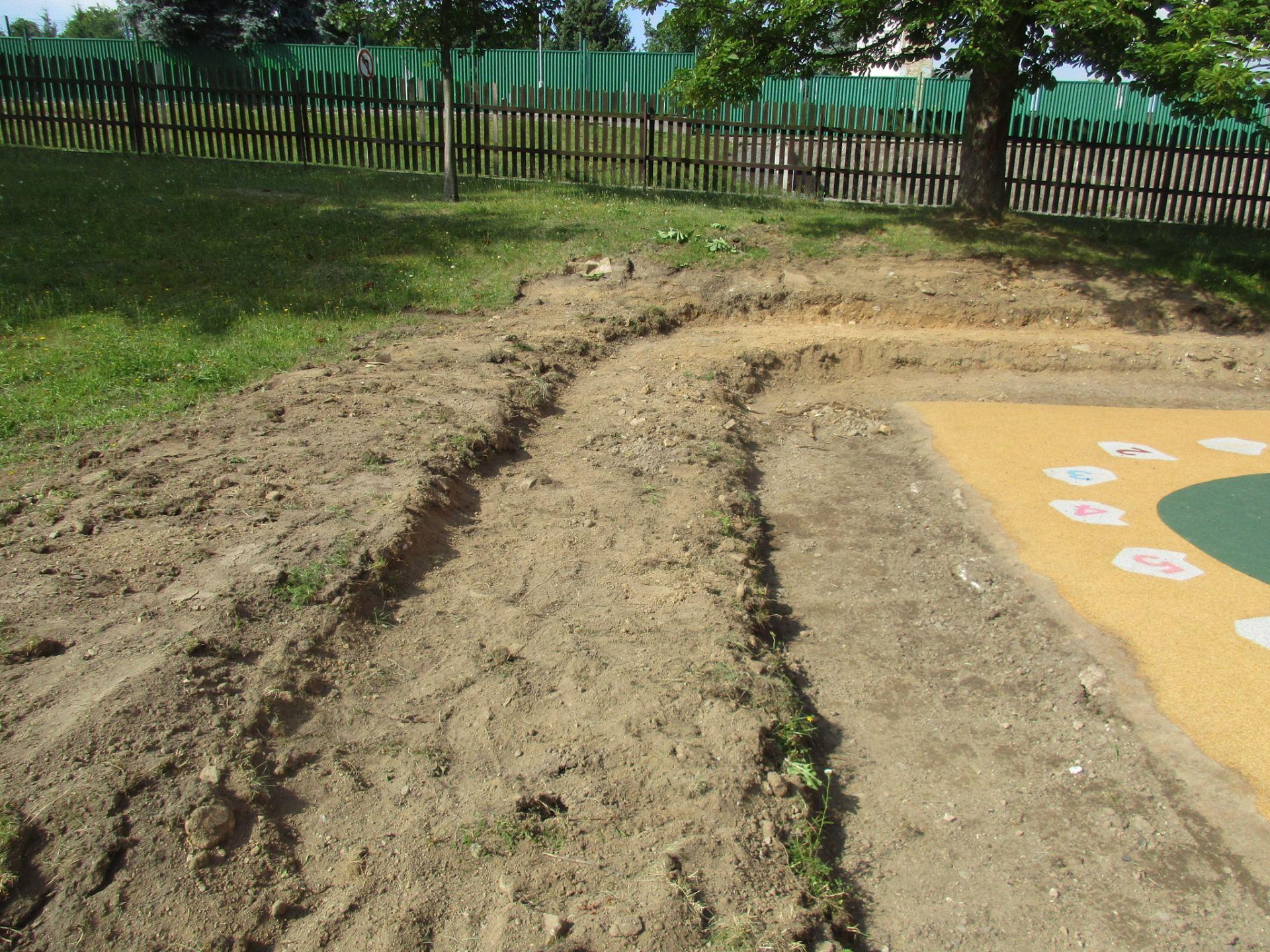 příprava hlediště v zahradě MŠ
