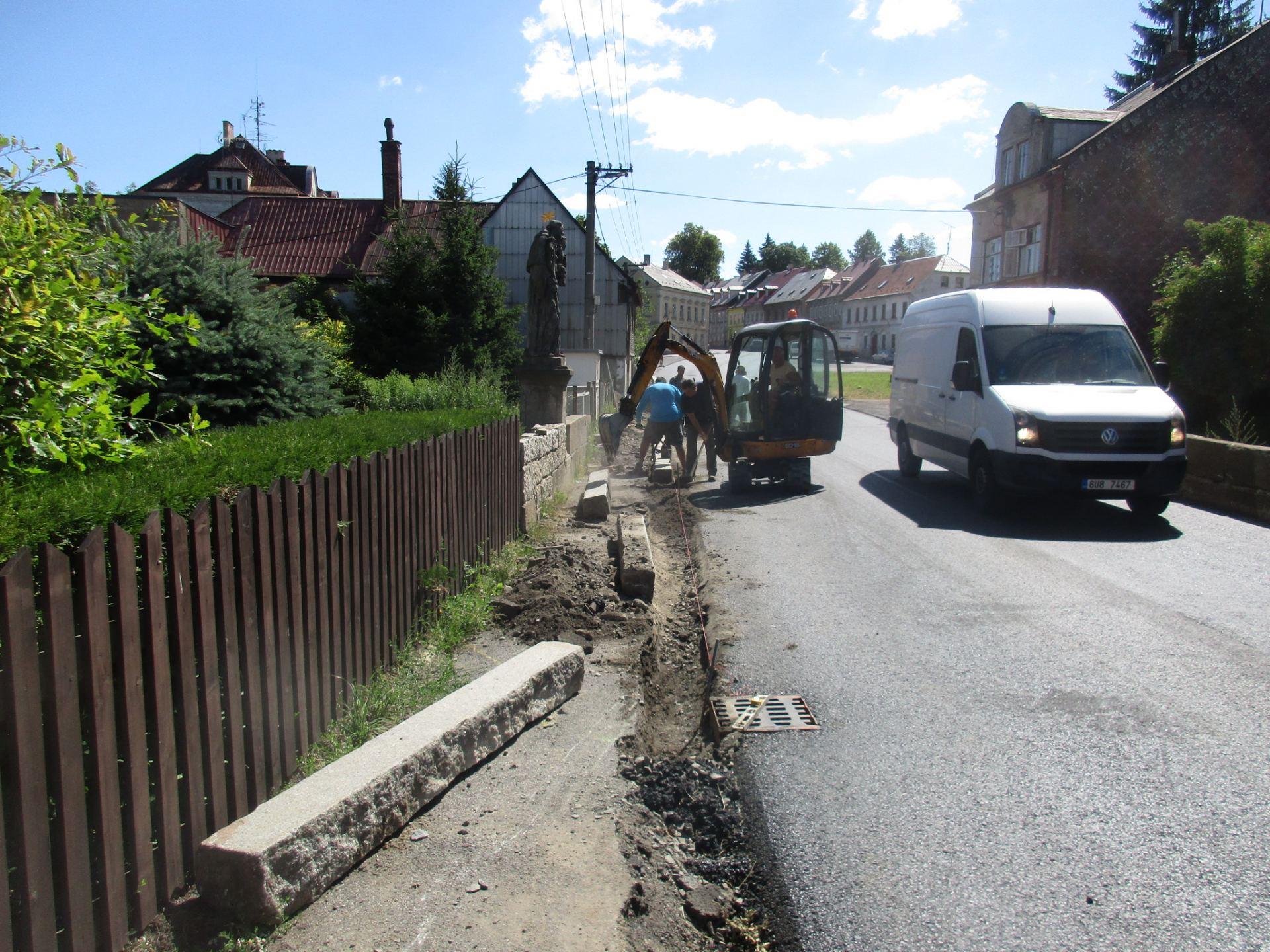 pokládka obrubníku rozšířeného chodníku