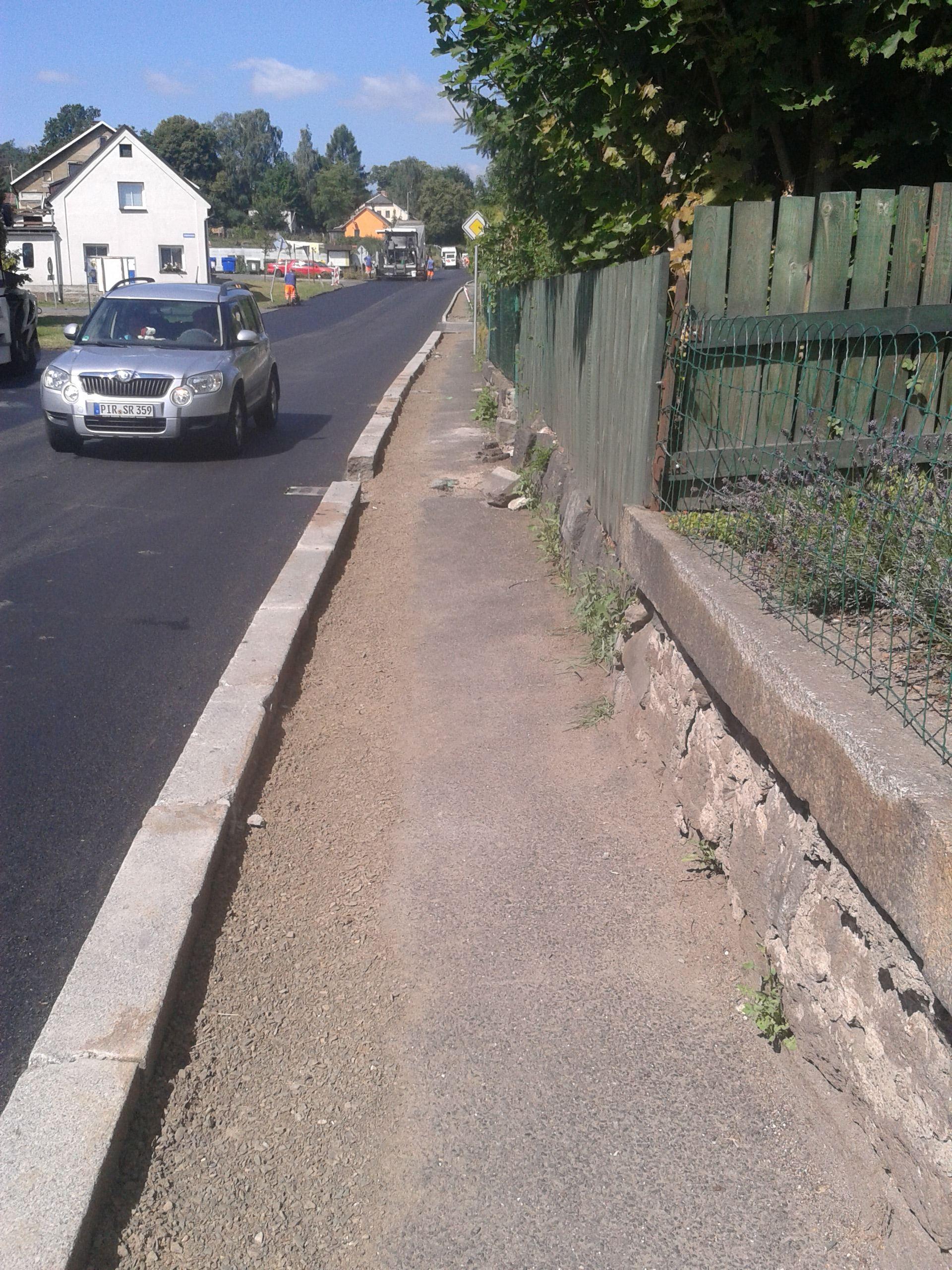 rozšířený chodník s provizorním dosypáním
