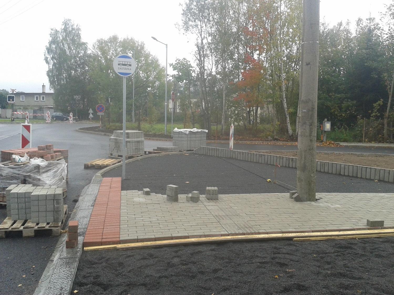 12 - pokládka dlažby autobusové zastávky