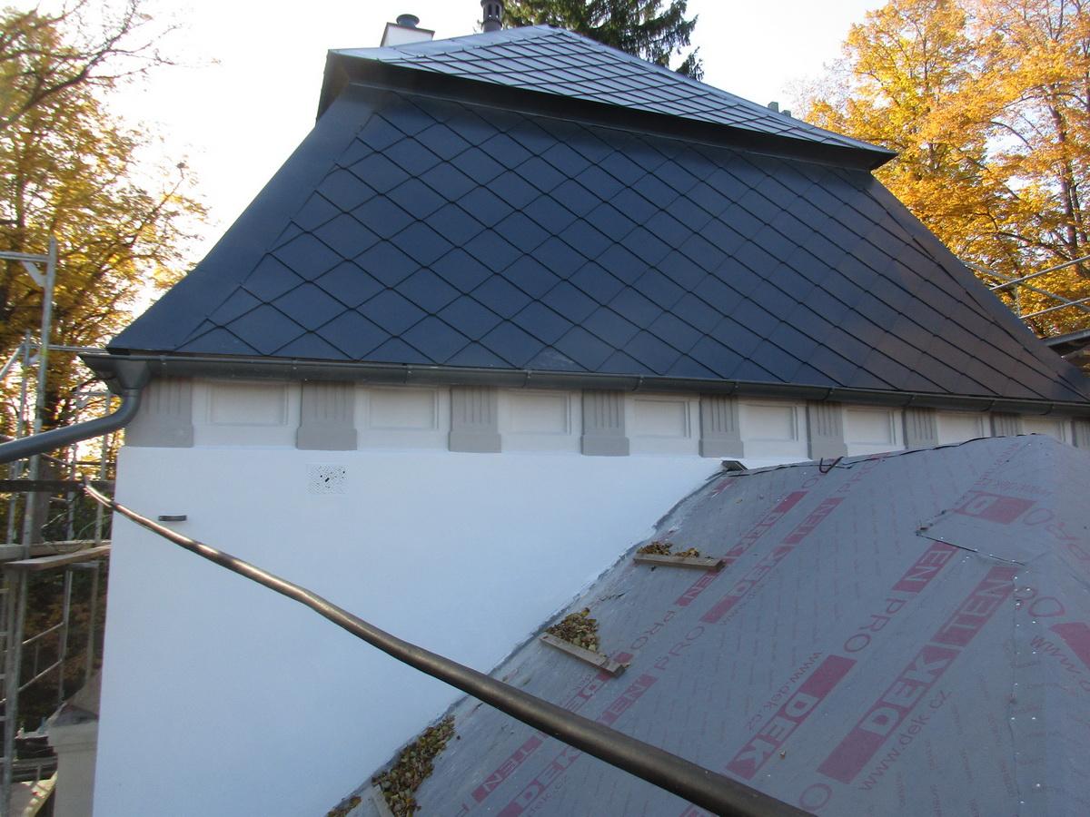 dokončená střecha a nátěr fasády kaple