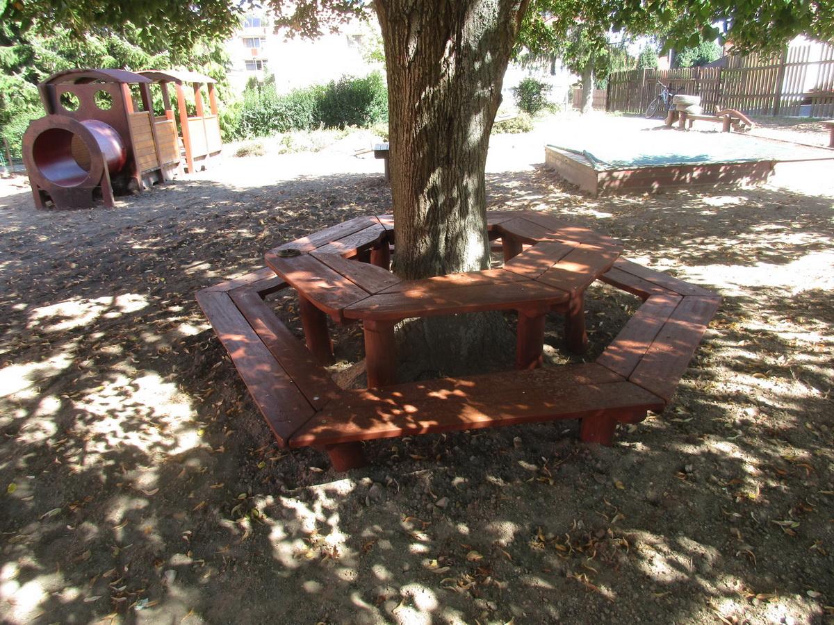 lavička okolo stromu MŠ Žižkova