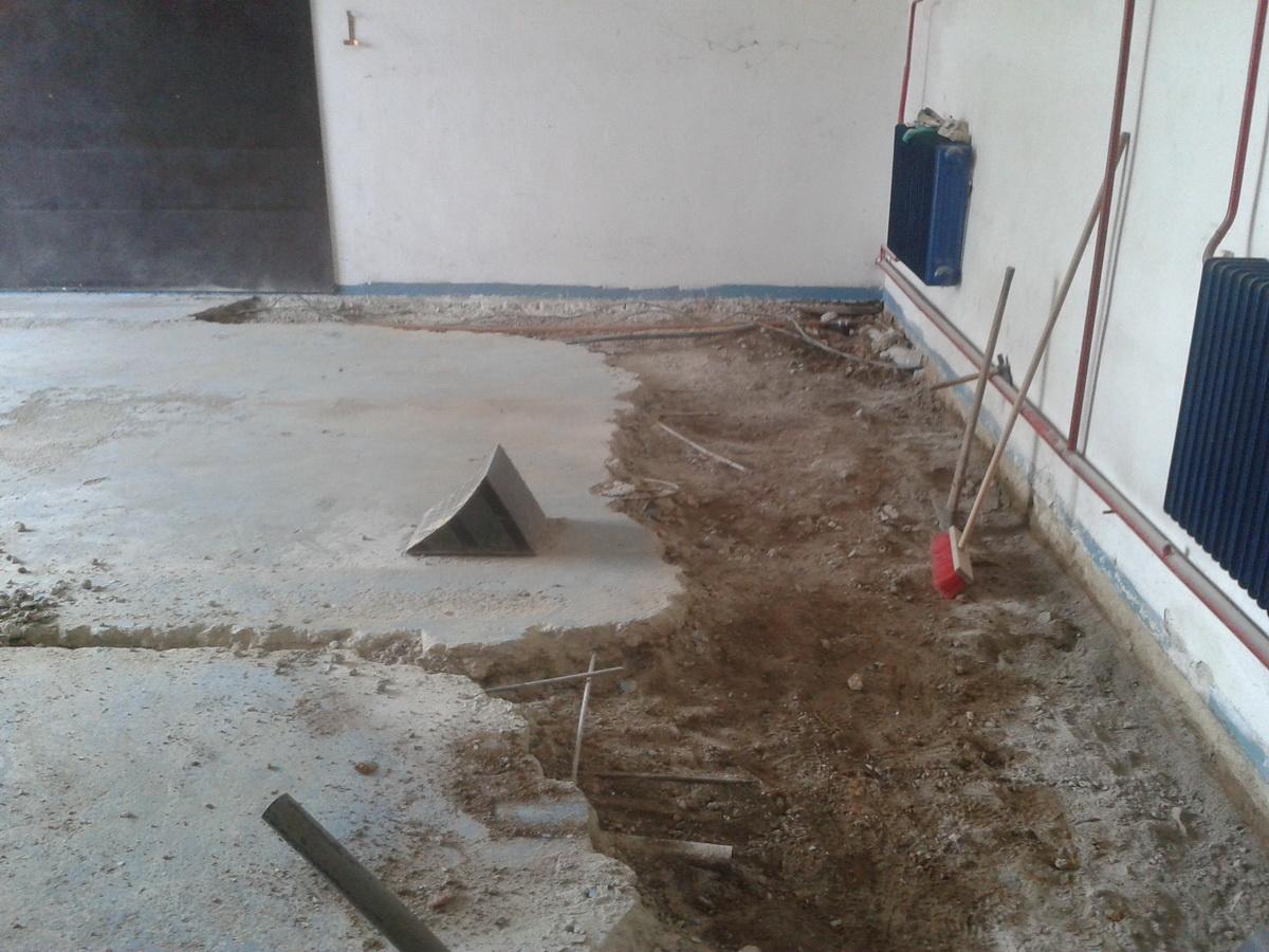 bourání starých podlah v hasičárně