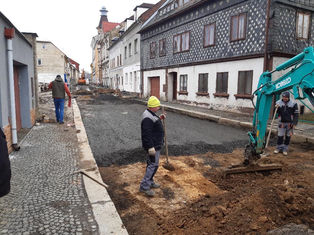 Smetanova ulice - osazování obrub a příprava podkladu