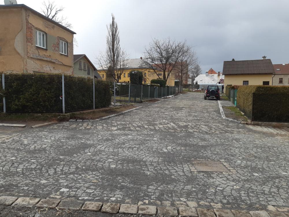 dokončení dláždění Robotnické ulice