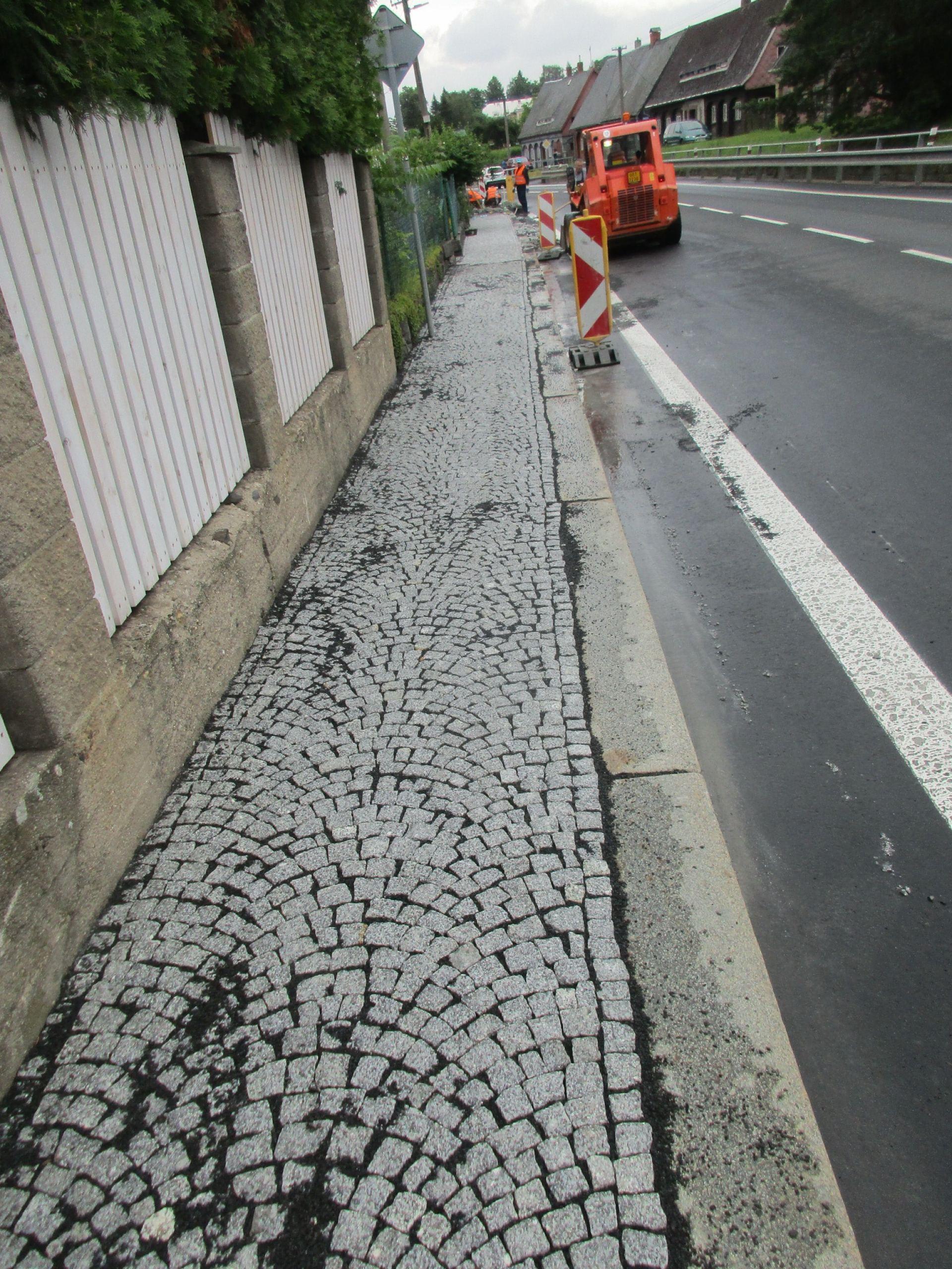 05 - kamenná část chodníku