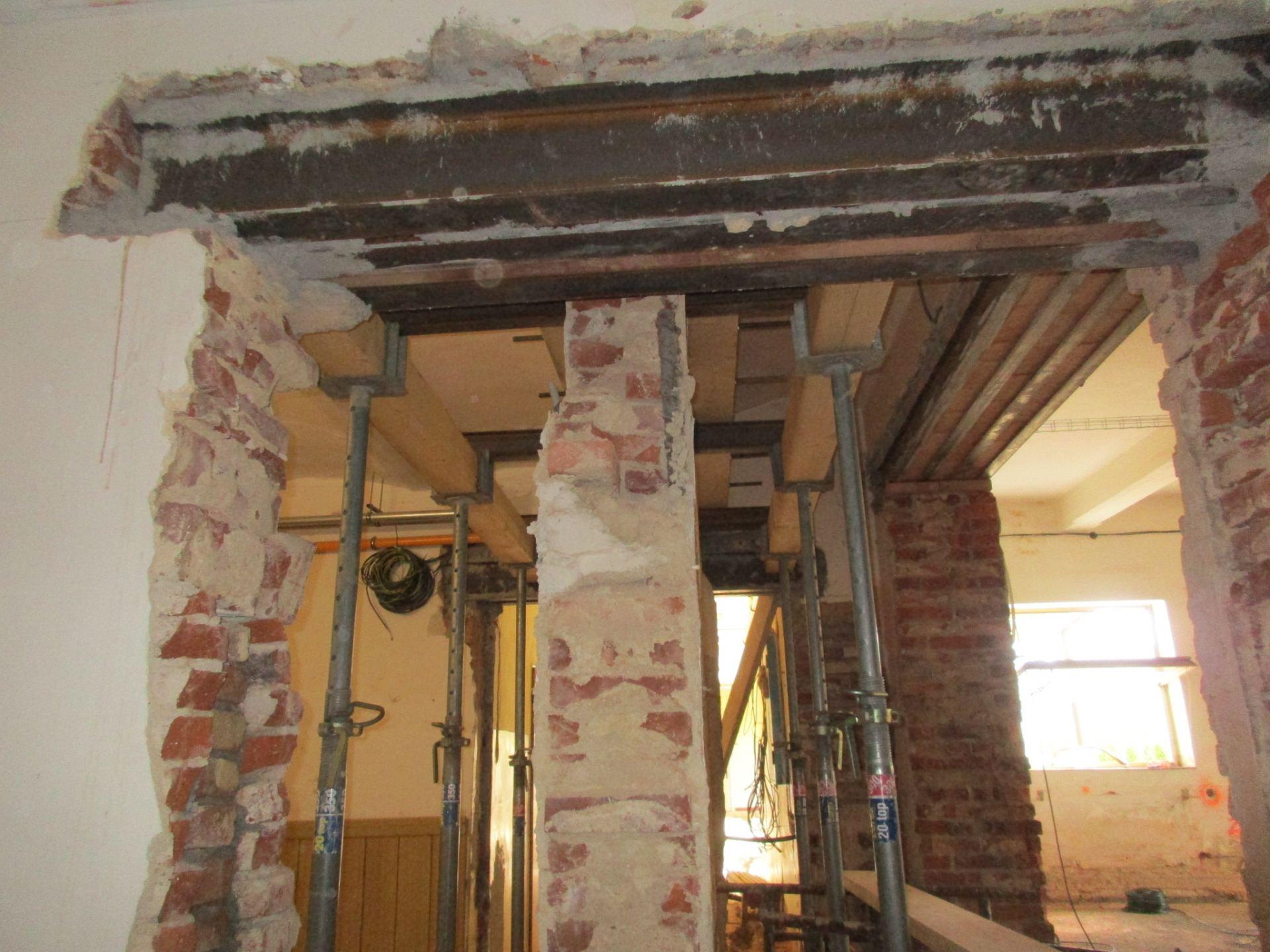 podchycení zdi pro vybudování nového průchodu na chodbě