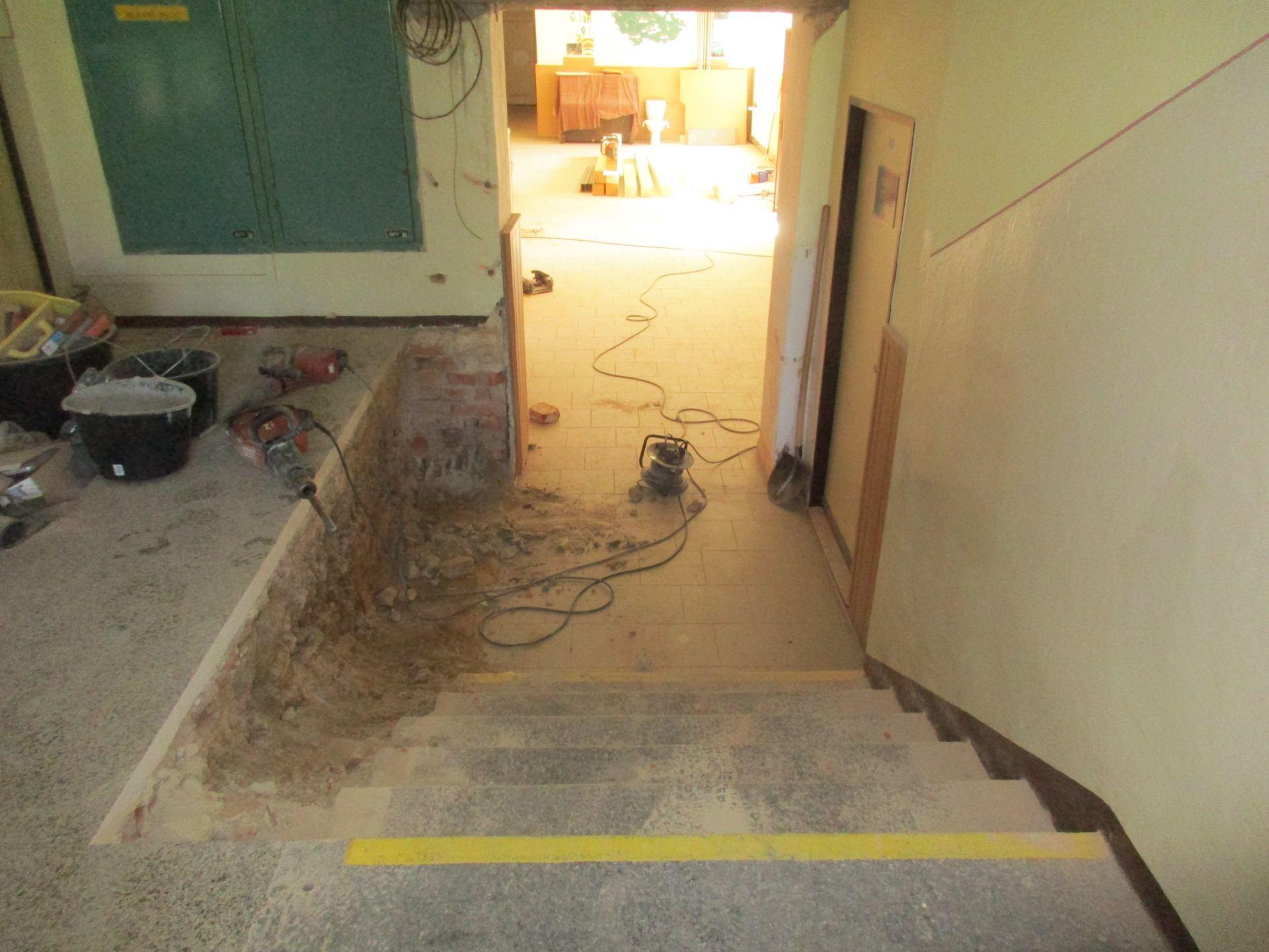 rozšíření vnitřního schodiště pro instalaci plošiny