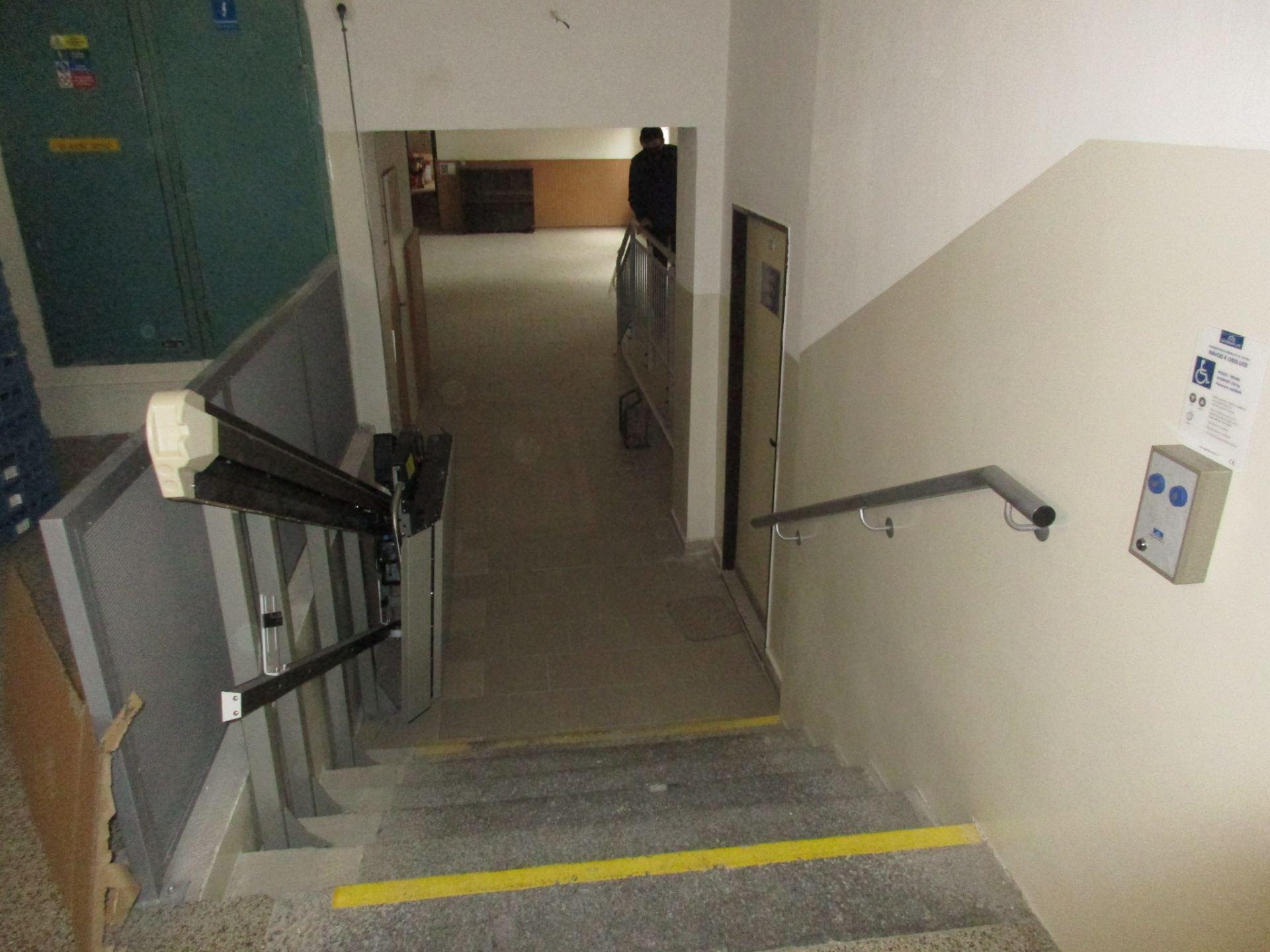 rozšíření vnitřního schodiště s nainstalovanou plošinou