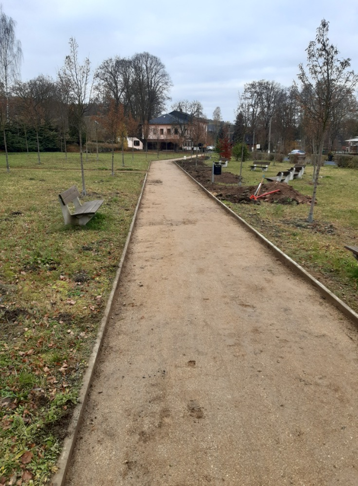 Práce na školní jídelně a cyklostezce do Rožan pokračují