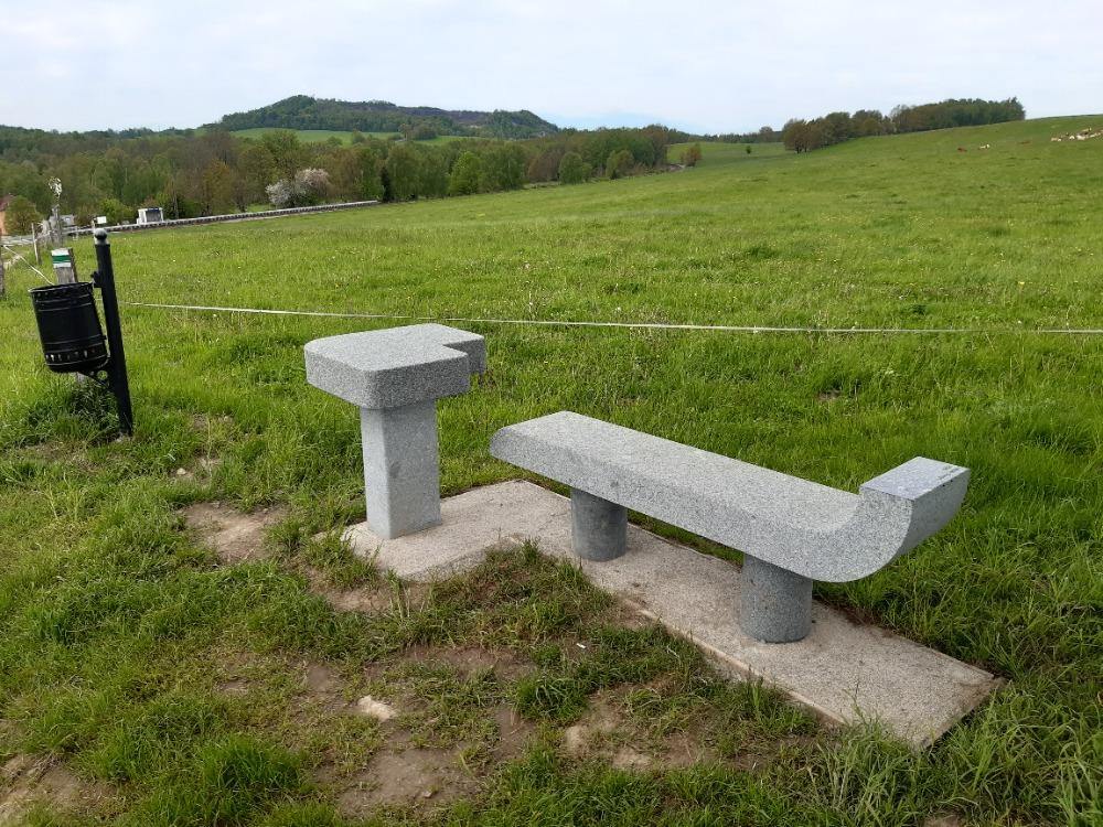 Nová lavička u Zeckelova kříže