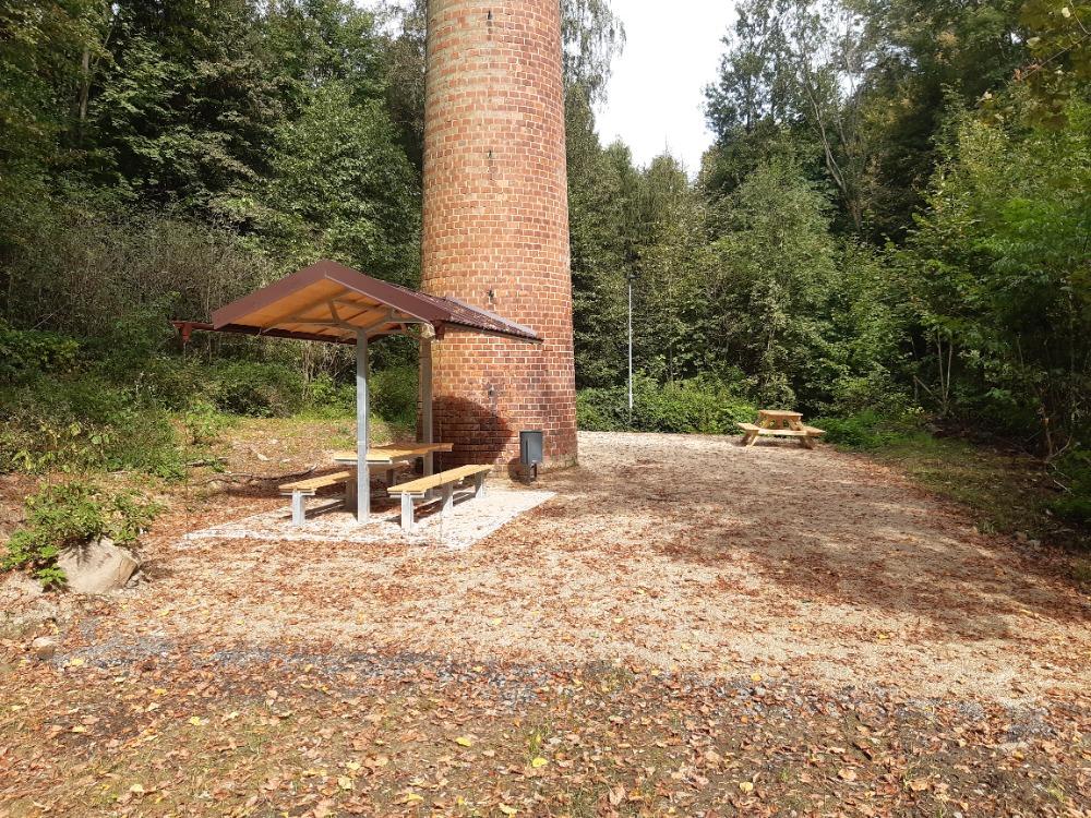 16 - hotové odpočinkové místo u komína bývalé olejny